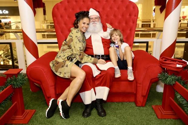 Adriane Galisteu com o Papai Noel e o filho, Vittorio (Foto: Manuela Scarpa/Brazil News)