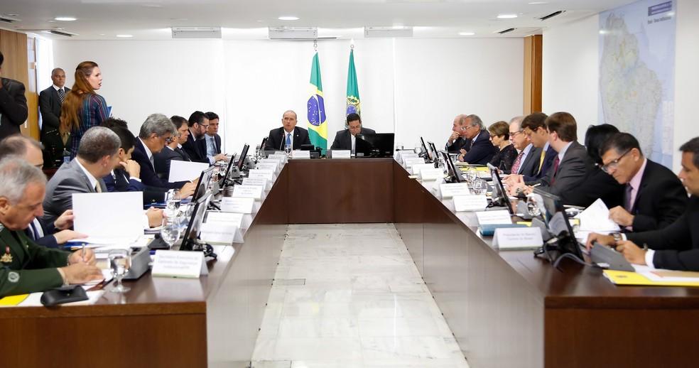 O presidente em exercício, Hamilton Mourão, e ministros durante reunião no Palácio do Planalto — Foto: Romério Cunha/Vice-presidência da República