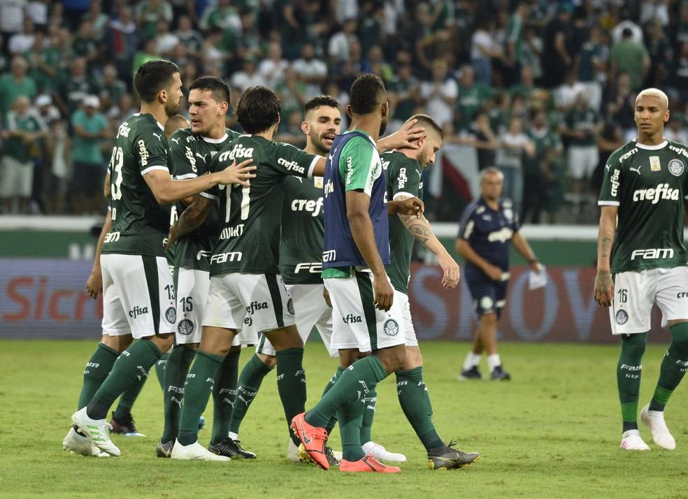 Jogadores do Palmeiras consolam Zé Rafael após meia perder pênalti — Foto: Marcos Ribolli
