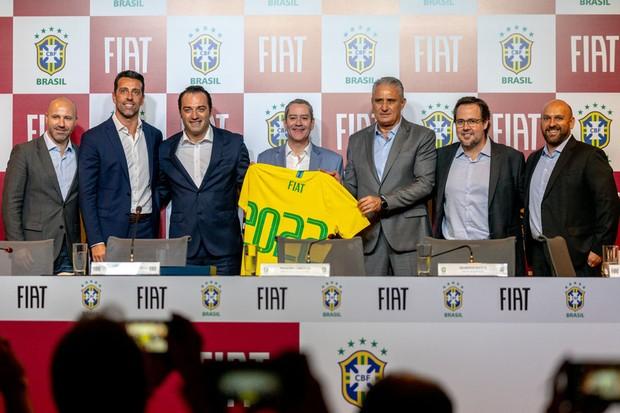 Membros da Fiat e da CBF no anúncio de patrocínio (Foto: Divulgação)