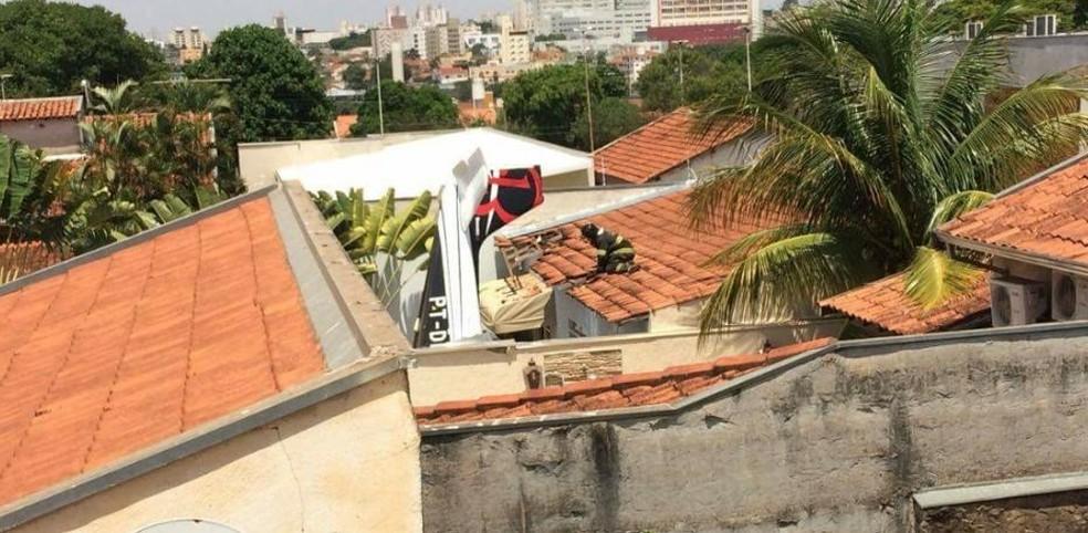 Avião caiu em casa no bairro Alto Rio Preto, próximo ao aeroporto (Foto: Arquivo Pessoal)