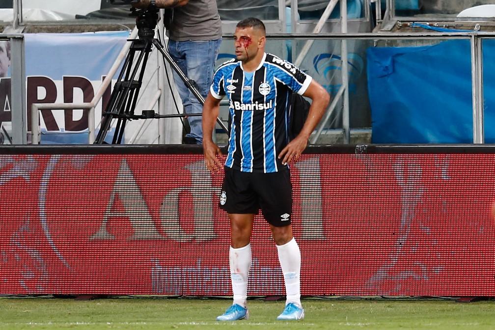 Luan é expulso após cotovelada em Diego Souza; atacante fica com o rosto coberto de sangue
