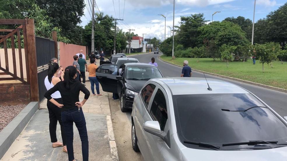 Pelo  menos três carros foram arrombados perto de cemitério em Manaus — Foto: Matheus Castro/G1