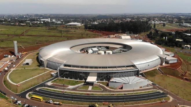 Prédio semelhante a uma arena de futebol, orçado em R$ 1,8 bilhão, é a maior construção científica já feita no Brasil (Foto: Felix Lima/BBC News Brasil)