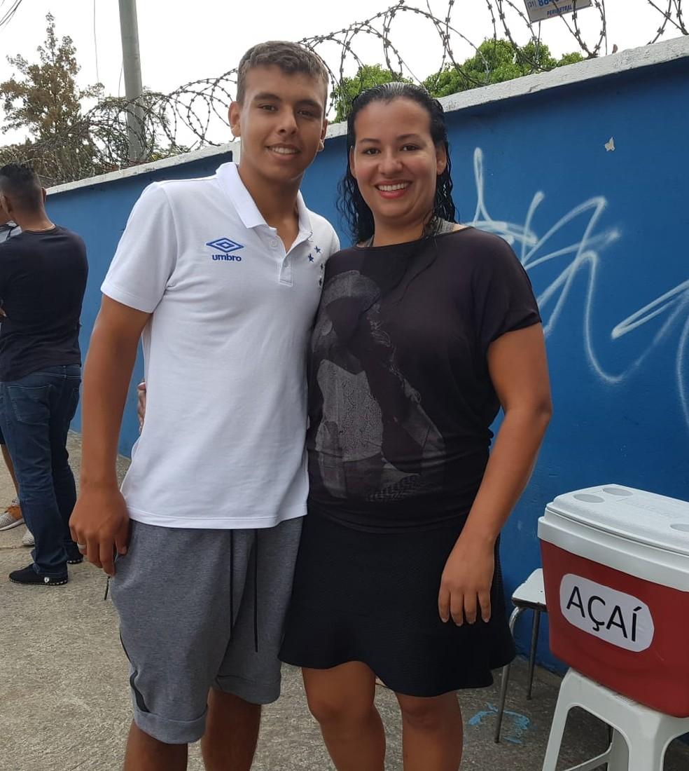 Vinícius Popó e a mãe Cristina, que vende açaí na Toca da Raposa (Foto: Gabriel Duarte)