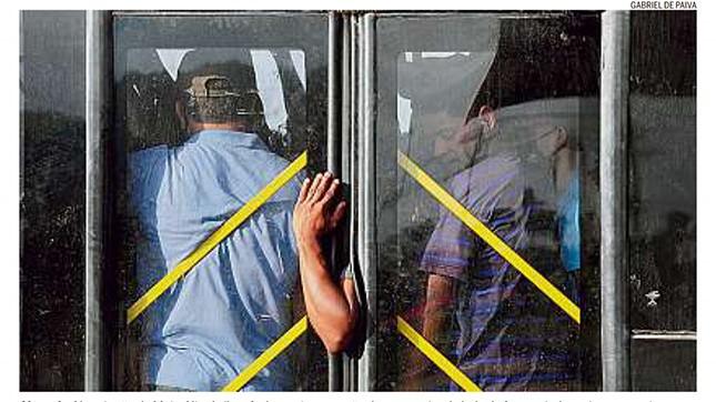 Na estação do Mato Alto, em Barra da Guaratiba, RJ, ônibus fecha porta com mão do passageiro para fora e ainda assim segue viagem