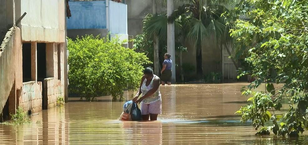 Água invadiu ruas em Pacotuba, em Cachoeiro de Itapemirim — Foto: Reprodução/TV Gazeta