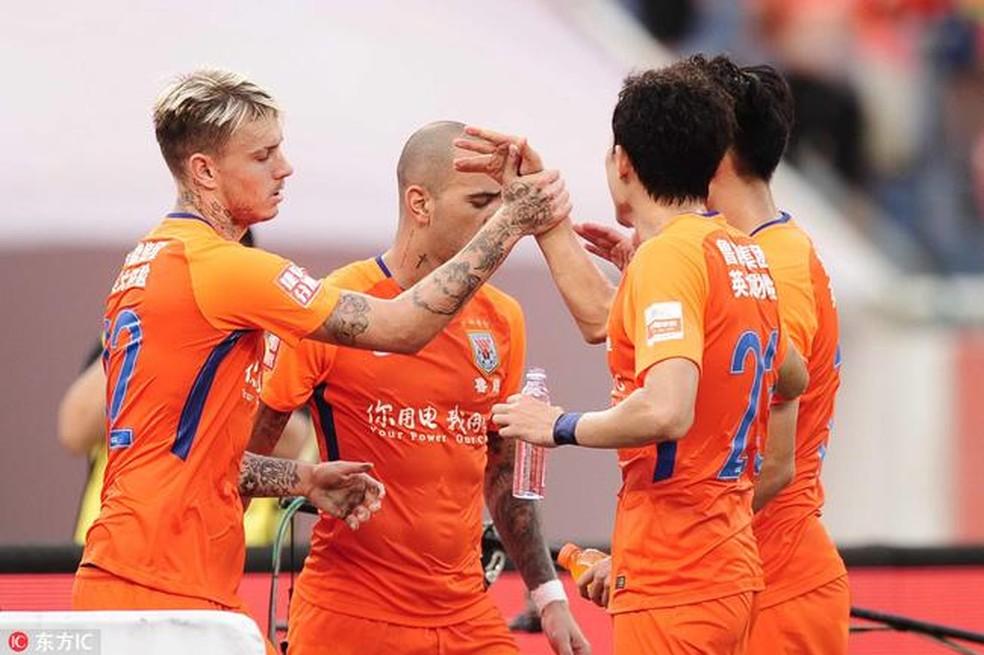 Tardelli e Roger Guedes comemorando gol do Luneng — Foto: Sina.com