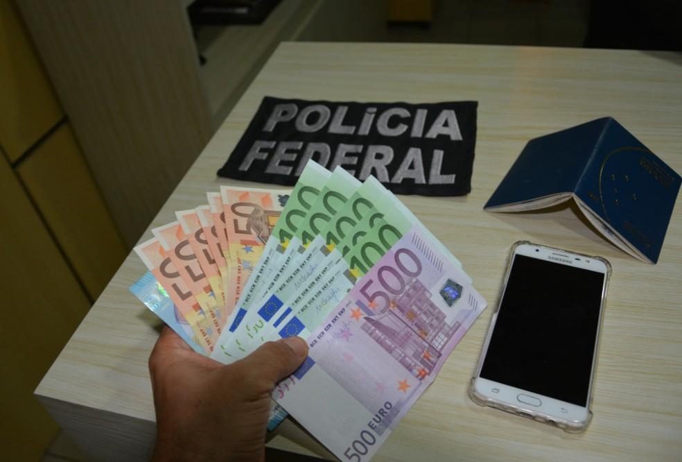 Além da droga, PF em Pernambuco encontrou com a suspeita de tráfico de drogas celulare dinheiro (Foto: PF/Divulgação)