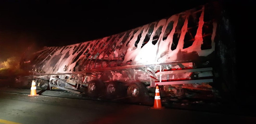 Carreta e ônibus ficaram destruídos com as chamas após acidente na BR-365 em Patos de Minas — Foto: Polícia Rodoviária Federal/Divulgação