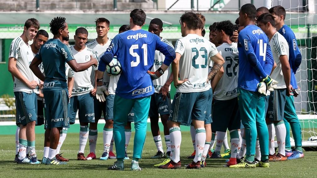 Zé Roberto orientando com o time sub-20 do Palmeiras durante treino na Academia — Foto: Fabio Menotti / Ag. Palmeiras
