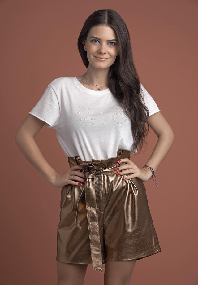 Beatriz Barouch posa com as t-shirts especiais da Spezzato  (Foto: divulgação)
