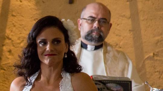 Teaser: Florisval se atrasa para o casamento e Rosângela pensa que ele desistiu