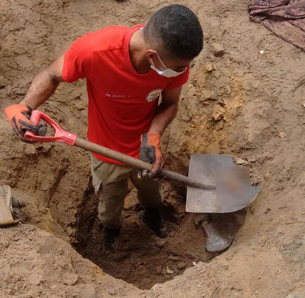 Dois corpos decepados e decapitados foram encontrados enterrados no quintal de uma casa no Norte do Piauí (Foto: Divulgação / Corpo de Bombeiros)