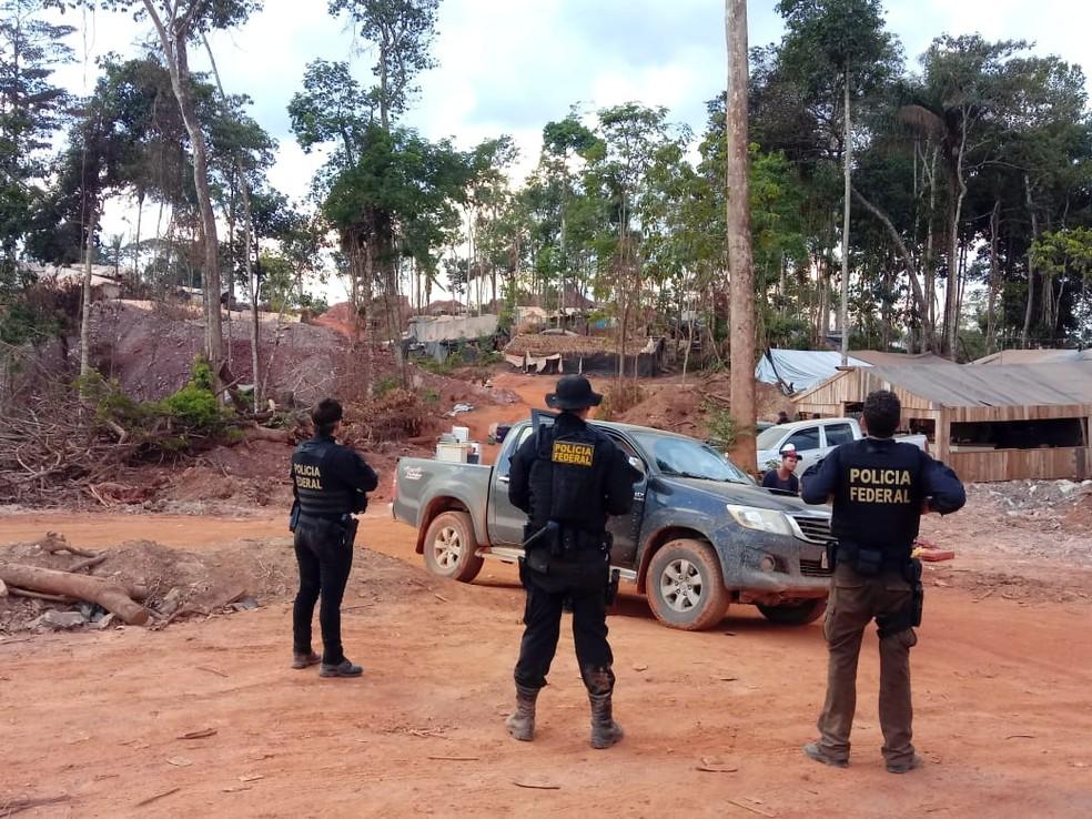 Garimpeiros desocupam área após operação — Foto: PF-MT