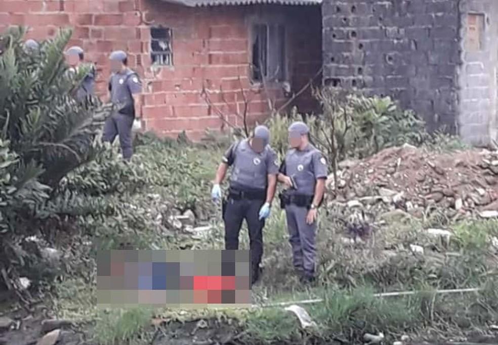 Segundo os moradores,  em uma das fotos registradas por eles, um dos policiais militares aparece usando luvas   Foto: Arquivo pessoal