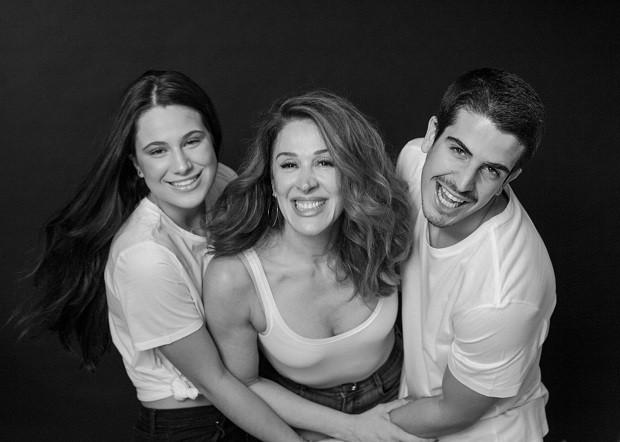 O trio: mãe e filhos (Foto: Tato Belline)