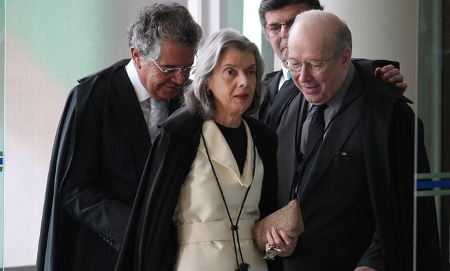 A presidente do STF, Cármen Lúcia, e ministros