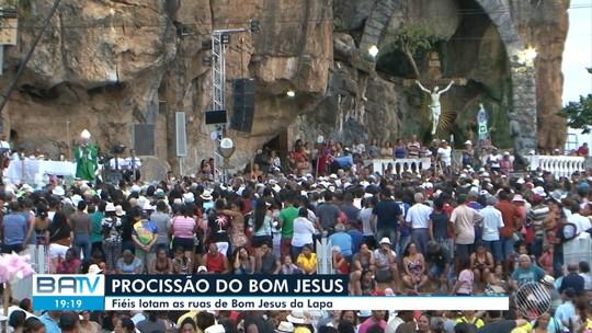 Fiéis participam da procissão do Bom Jesus, em Bom Jesus da Lapa