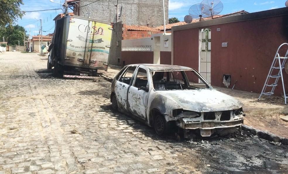 Veículos foram incendiados na madrugada desta terça-feira (5) no bairro Santa Delmira, em Mossoró (Foto: Hugo Andrade/Inter TV Costa Branca)