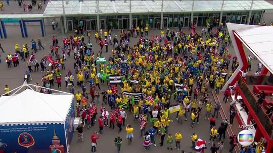 Torcedores brasileiros se reúnem dentro e fora do estádio em São Petersburgo