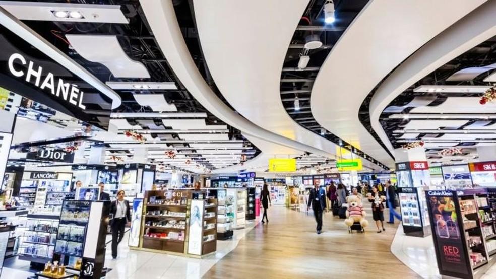 'Chuck' fez sua fortuna com rede de lojas em aeroportos livre de impostos — Foto: Getty Images/BBC
