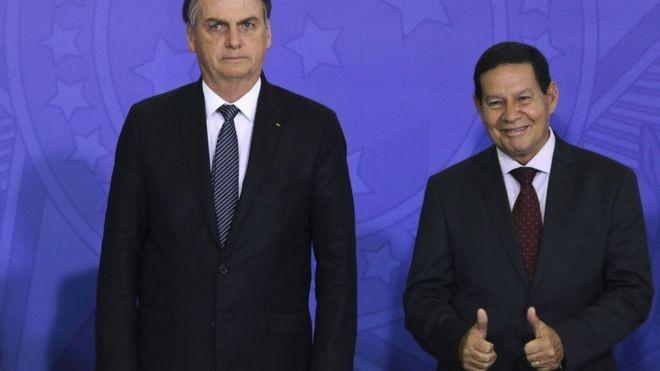 O presidente Jair Bolsonaro ao lado do vice-presidente, Hamilton Mourão (Foto: VALTER CAMPANATO/Agência BRASIL)