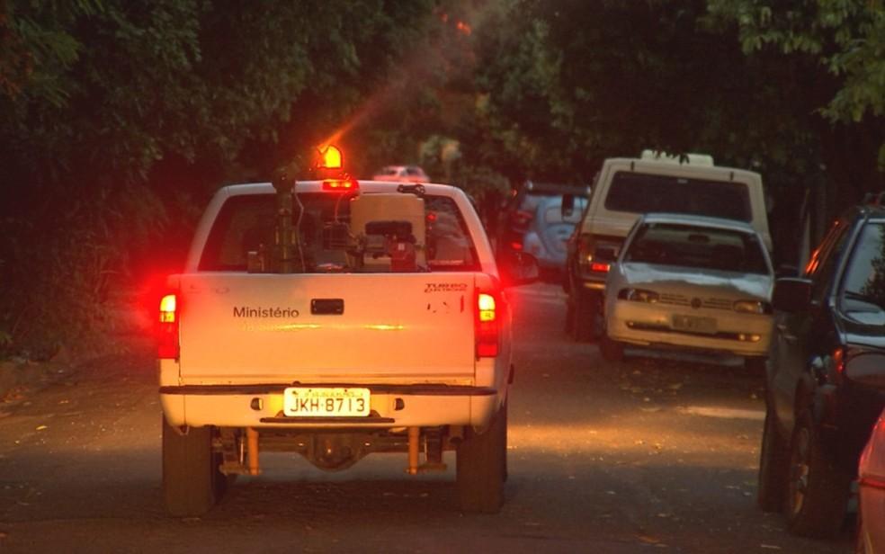 Fumacê passa por rua de bairro em Rio Preto  — Foto: Reprodução/ TV TEM