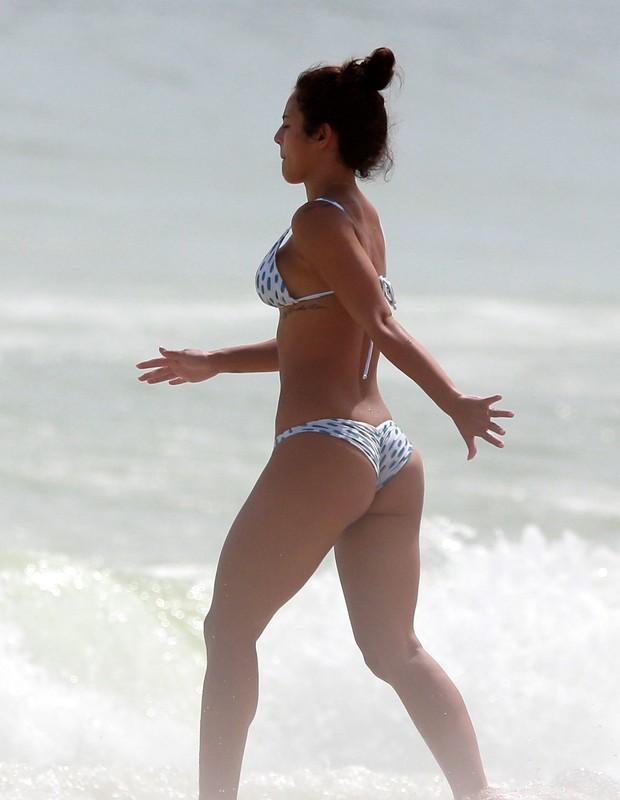 Yanna Lavigne curtindo Praia da Barra da Tijuca com Madalena (Foto: Dilson Silva/Agnews)