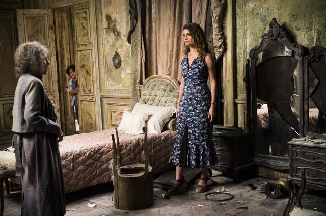 'Espelho da vida': Isabel (Alinne Moraes) quebra o espelho (Foto: Globo/ João Miguel Junior.)