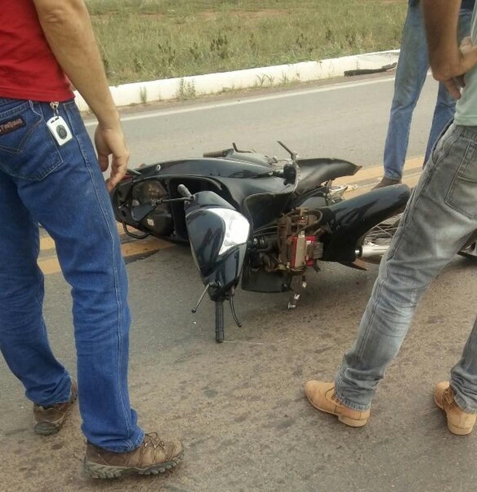 -  Jovem foi atingida pelo carro no momento em que cruzava a via  Foto: WhatsApp/Reprodução