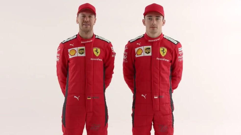 Sebastian Vettel e Charles Leclerc com os macacões a serem usados em 2020 — Foto: Divulgação