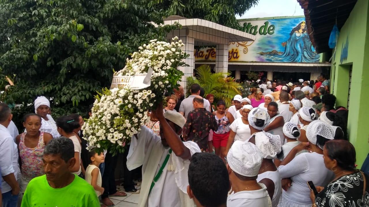 Acompanhado por multidão, corpo de Bita do Barão é sepultado em Codó, no Maranhão - Noticias