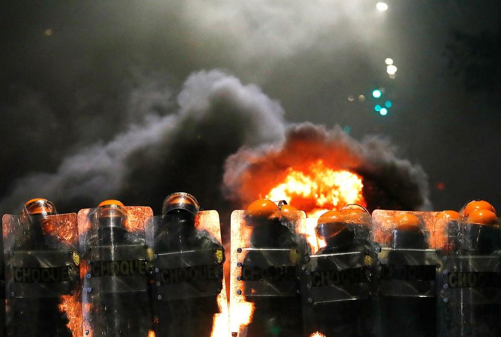 Tropa de choque atua em tumulto durante protesto contra a morte de João Alberto, em Porto Alegre, nesta segunda-feira (23). — Foto: REUTERS/Diego Vara