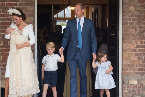 A duquesa Kate Middleton com o Príncipe William e os três filhos no batismo do caçula (Foto: Getty Images)