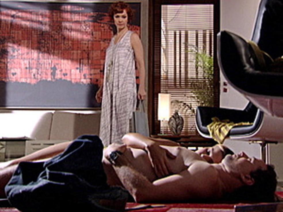 Esther flagra Paulo e Vanessa dormindo juntos na Fio Carioca em 'Fina Estampa' — Foto: Globo