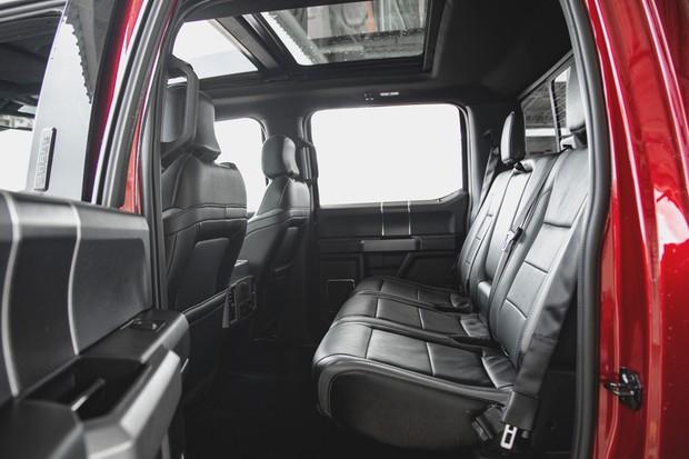 Espaço atrás e enorme e, além de saídas de ar-condicionado, os três ocupantes tem entradas para seus aparelhos (Foto: Fabio Aro/Autoesporte)