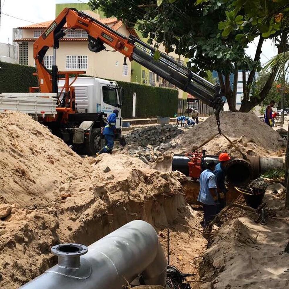 Válvula é instalada na Rua Cinco de Novembro, no bairro de Afogados (Foto: Compesa/Divulgação)