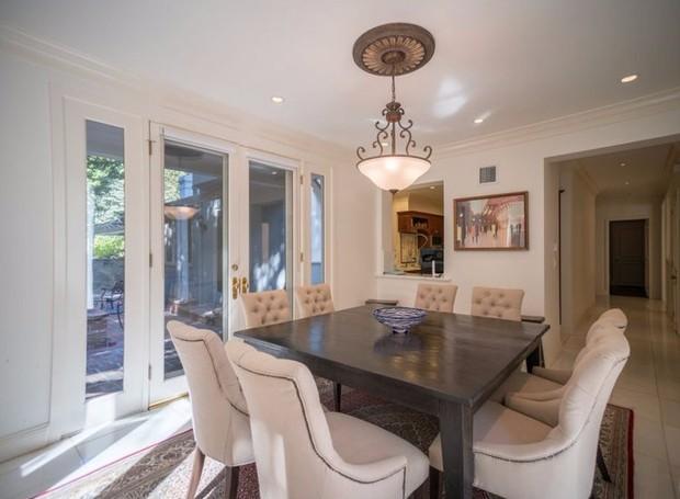Uma sala de jantar menor fica próxima à cozinha (Foto: The MLS/ Reprodução)
