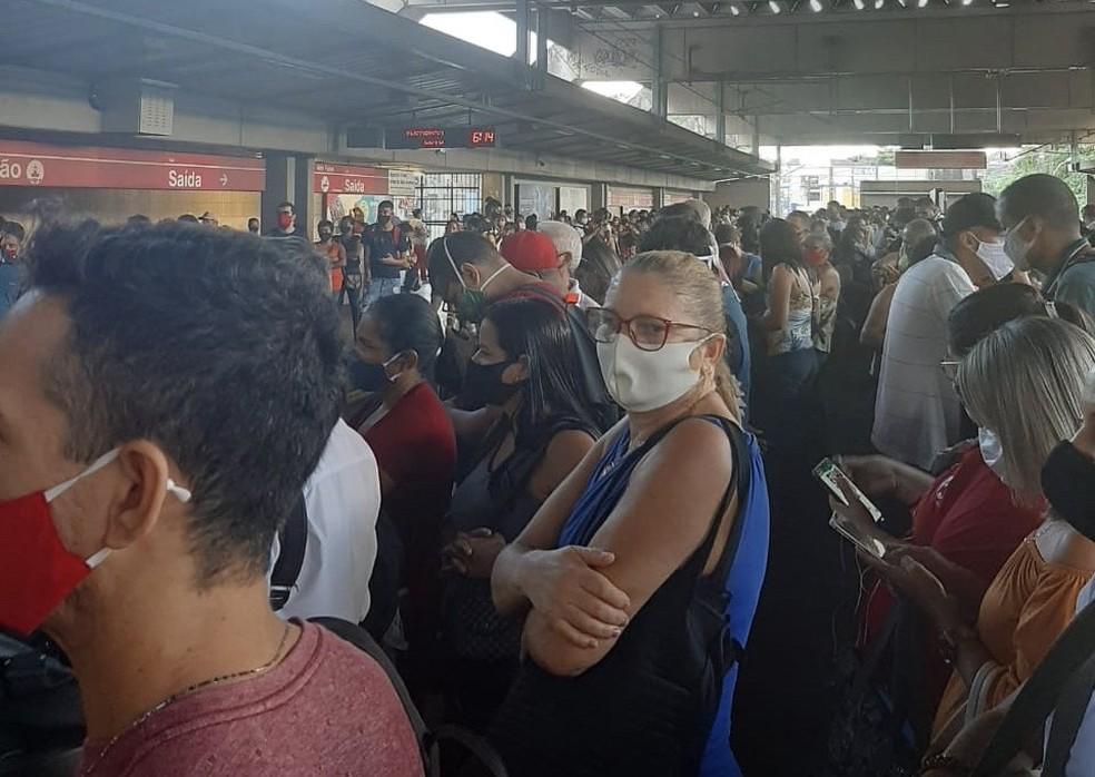 Passageiros aguardando a chegada de trens no Metrô do Recife, na manhã desta quinta-feira (18) — Foto: Lilia Rosa/Acervo pessoal
