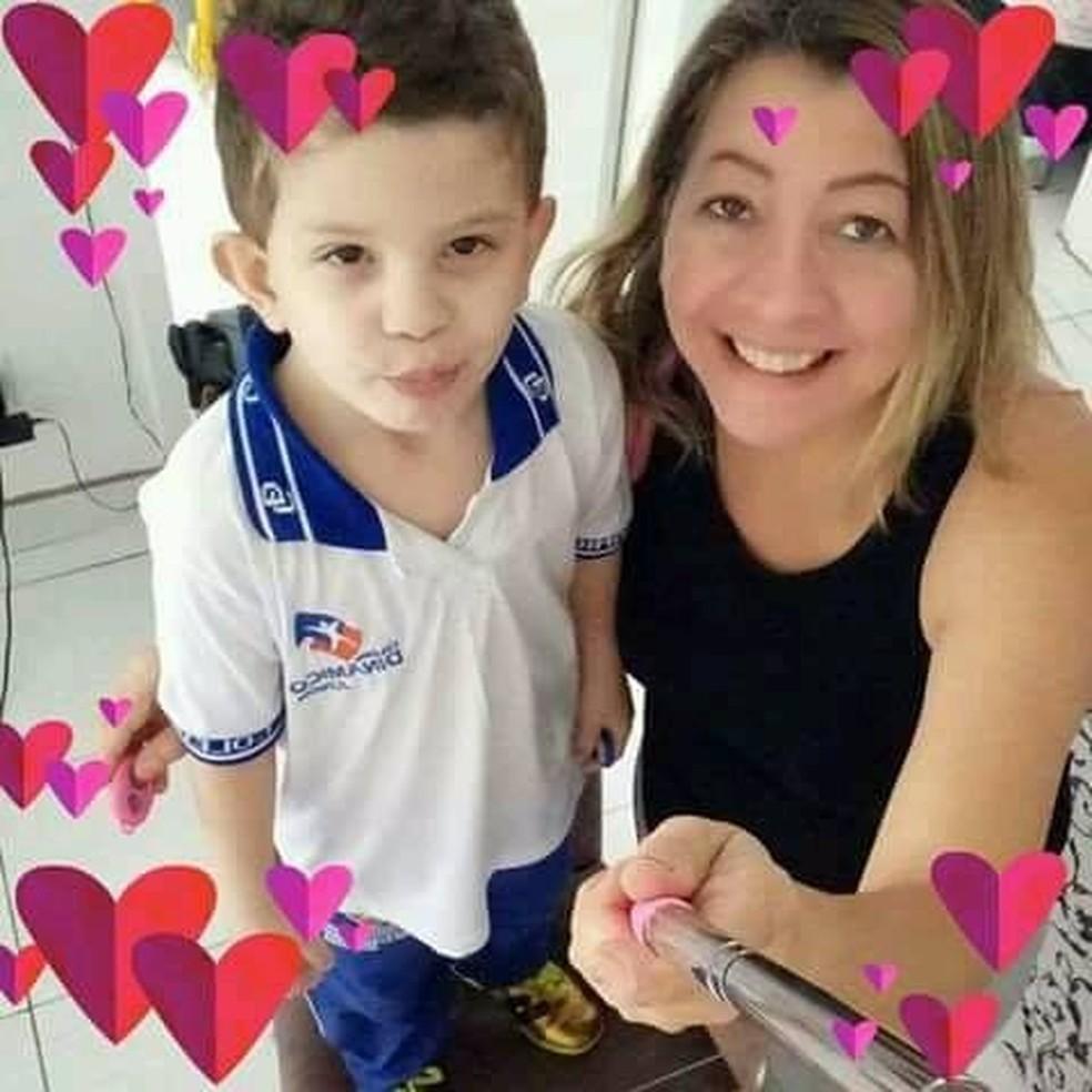 Jandira da Silva e filho Luiz Gustavo moravam no Jardim Petrópolis III, em Maceió — Foto: Arquivo pessoal