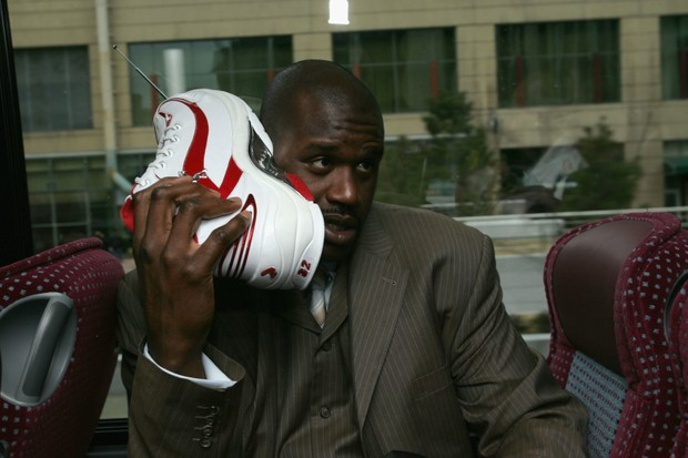 DENVER - FEBRUARY 20:  Shaquille O'Neal of the Eastern Conference All-Stars talks on his sneaker phone as he rides the bus to the Arena for the 54th All-Star Game, part of 2005 NBA All-Star Weekend at Pepsi Center on February 20, 2005 in Denver, Colorado. (Foto: NBAE/Getty Images)