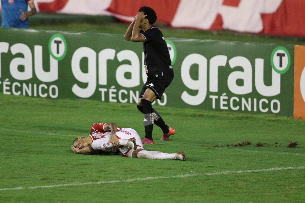 Erros individuais decretam primeira derrota do Botafogo na Série B: PV cometeu dois pênaltis infantis — Foto: Aldo Carneiro/Pernambuco Press