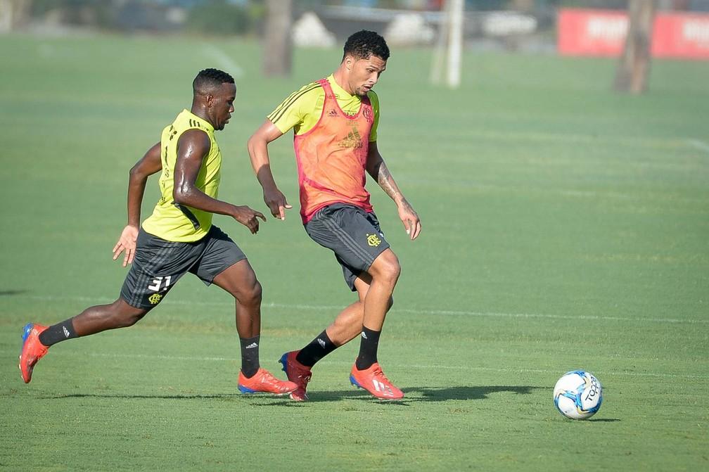 Vitor Gabriel é o único centroavante disponível, mas pesa contra ele a pouca experiência — Foto: Alexandre Vidal / Flamengo