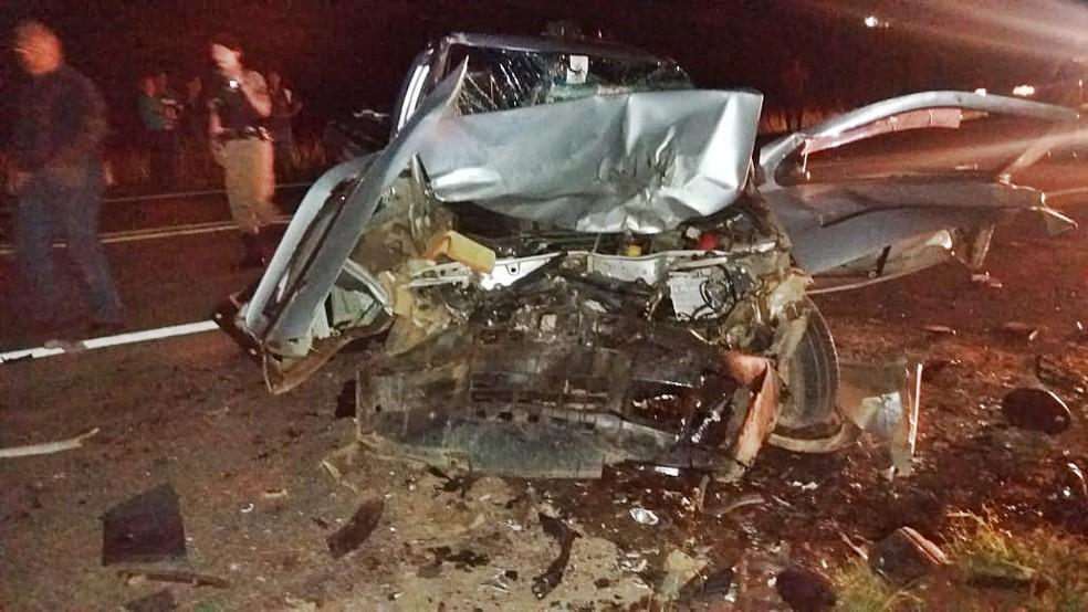 Carro teve frente destruída em batida na BR-459, em Santa Rita de Caldas (MG) — Foto: Polícia Rodoviária Federal