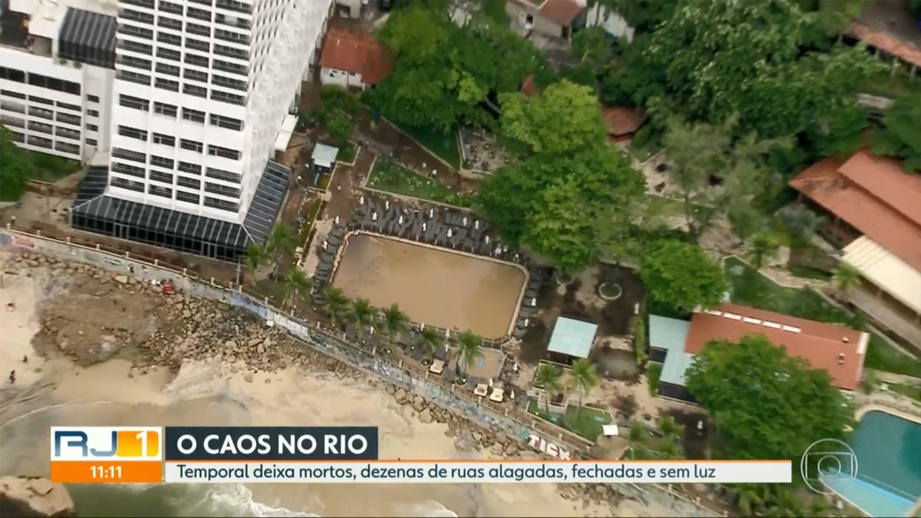 Hotel cuja piscina foi tomada pela lama de deslizamento fica à beira da Avenida Niemeyer, na zona sul do Rio — Foto: Reprodução/TV Globo