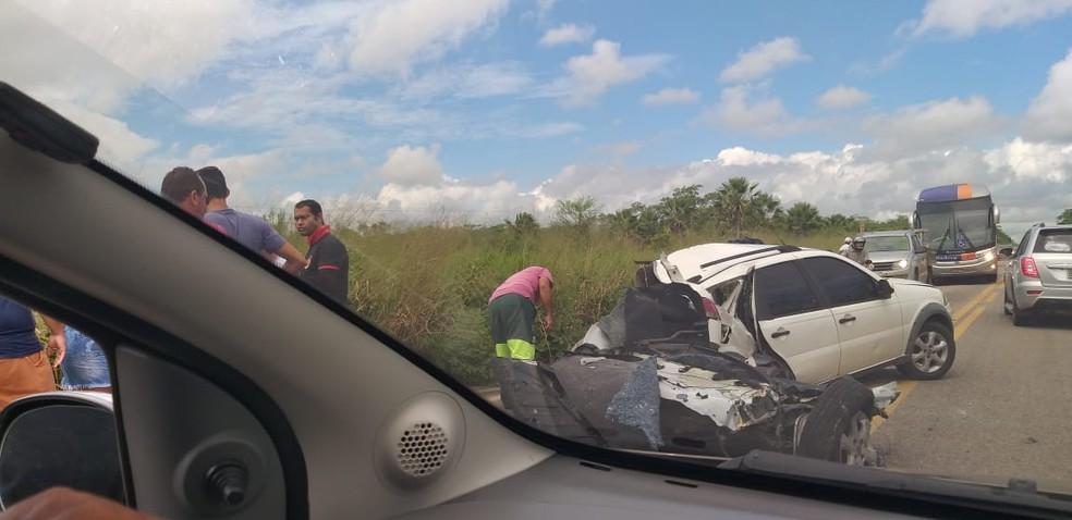 Acidente na BR-122 parte automóvel ao meio  — Foto: (Foto: Reprodução)