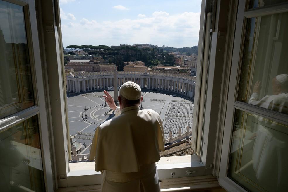 Papa Francisco envia abraço virtual depois de fazer recitação do 'Angelus' via streaming — Foto: Vaticano via REUTERS