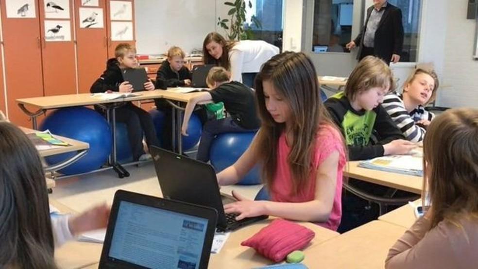 Uso de tecnologia e de métodos alternativos (como bolas no lugar de cadeiras) é incentivado nas escolas da Finlândia. — Foto: BBC