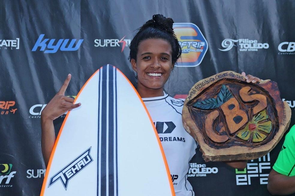 Santista Júlia Santos exibe seu troféu de campeã — Foto: Munir El Hage